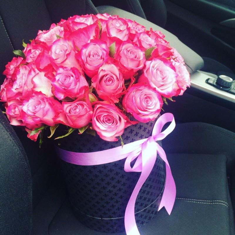 Розы Дип Перпл в шляпной коробке