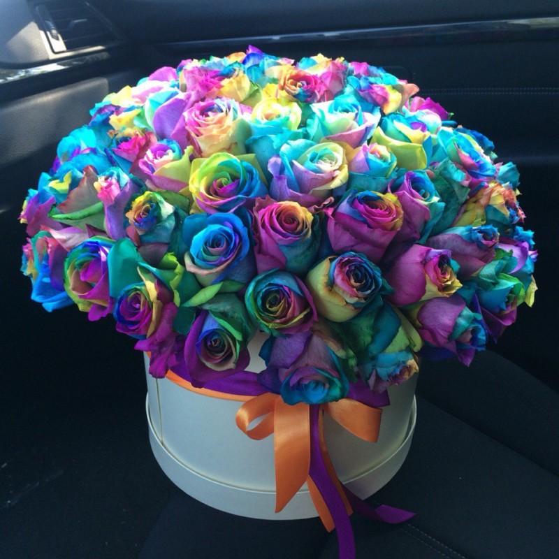 75 радужных роз в коробке