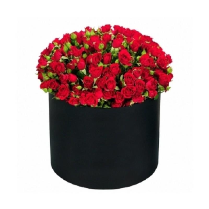 Красные кустовые розы в коробке