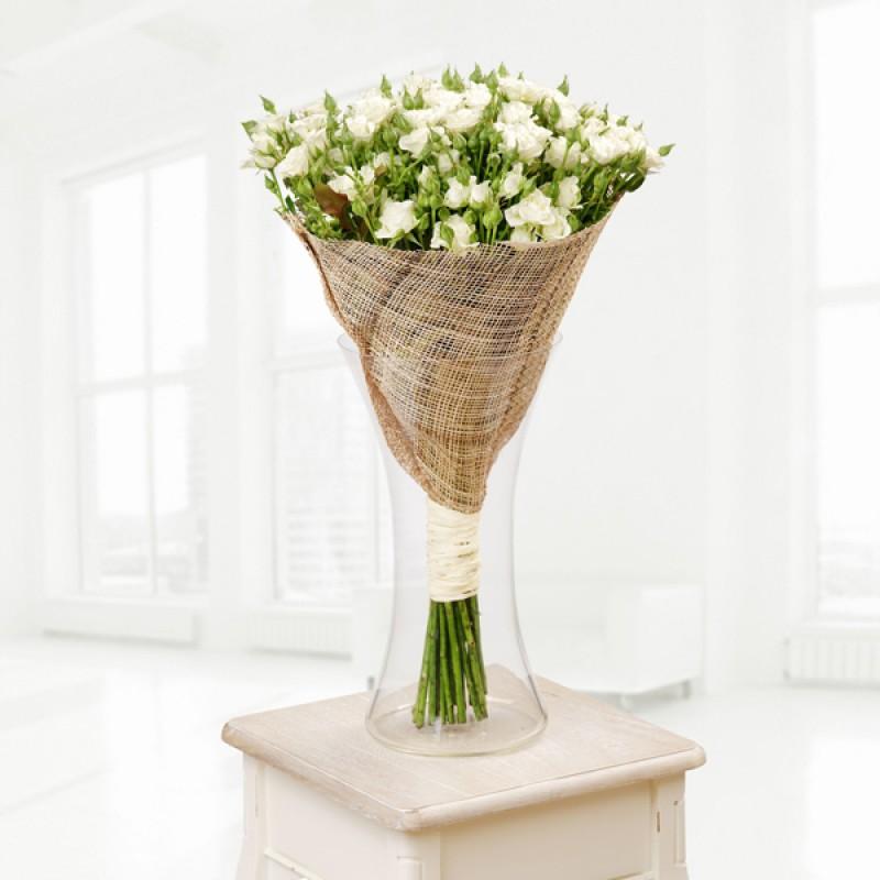 19 белых кустовых роз в вазе
