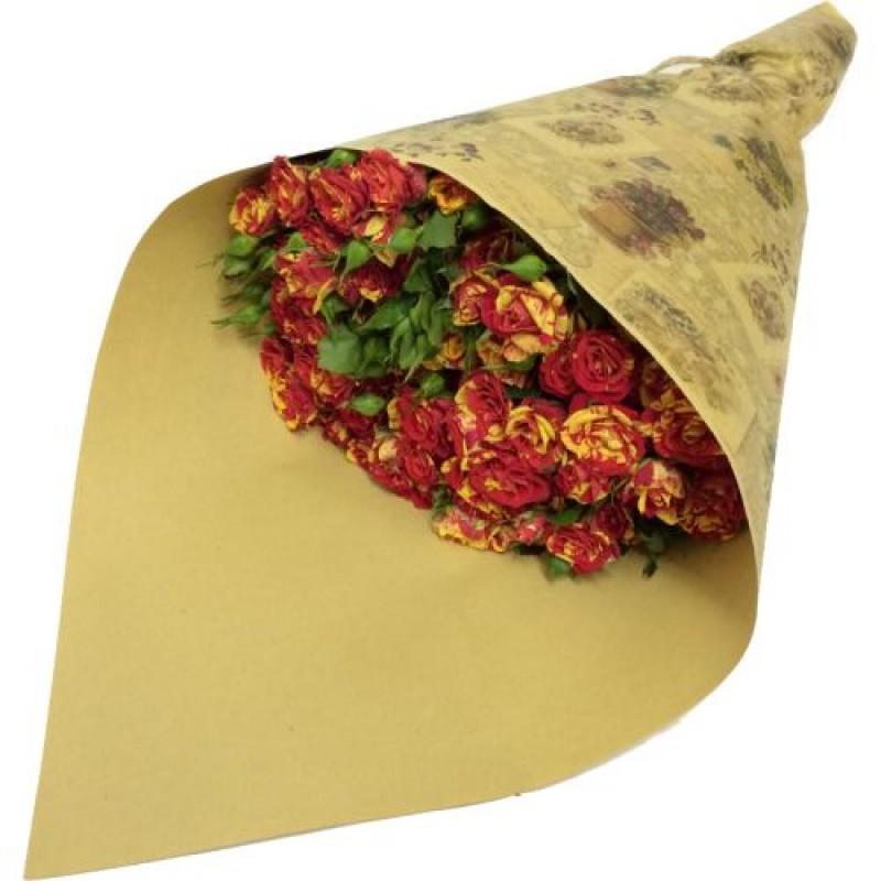 Красно-желтые кустовые розы в крафте