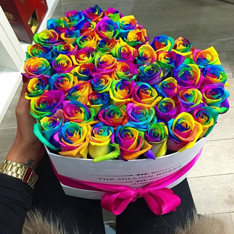 Сердце из радужных роз