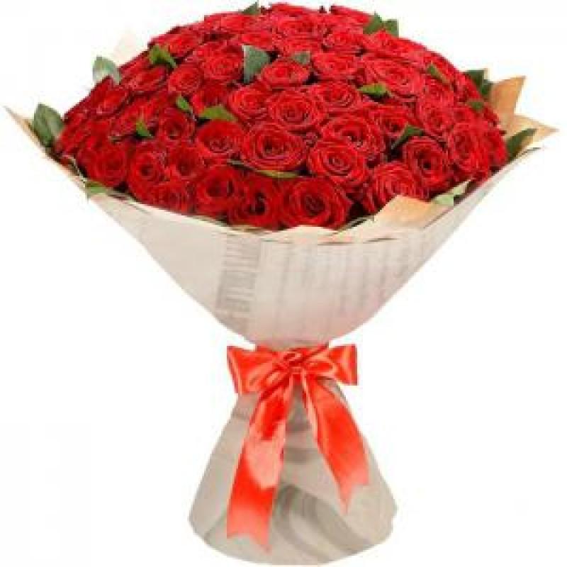 75 красных роз в крафте
