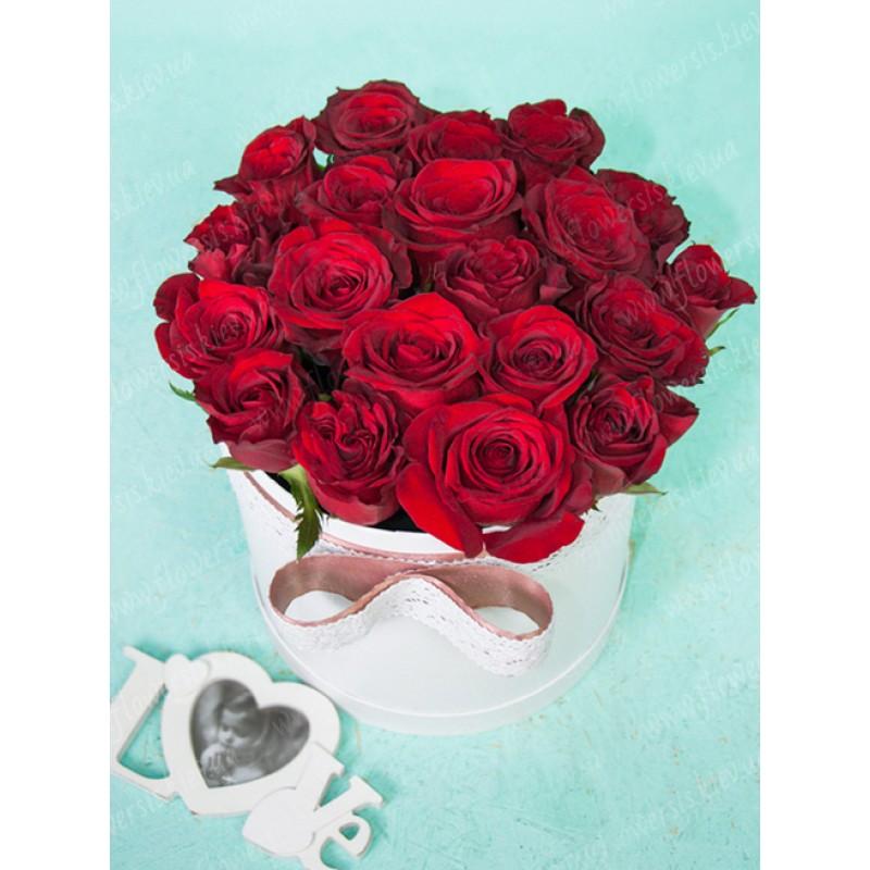 25 роз Фридом в шляпной коробке