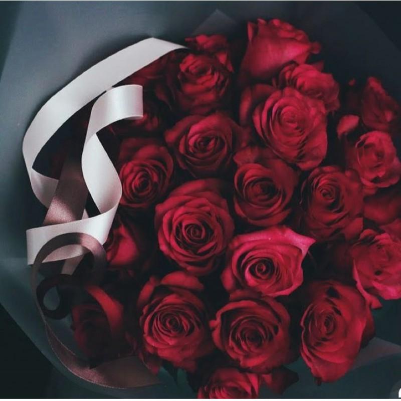 25 роз Фридом в чёрном крафте